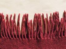 Κόκκινο μαντίλι μαλλιού με τα περιθώρια Στοκ φωτογραφία με δικαίωμα ελεύθερης χρήσης