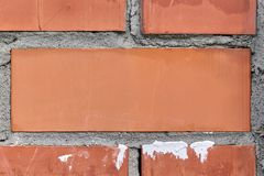 Κόκκινο μεγάλο τούβλο στο κέντρο της πλινθοδομής στοκ εικόνα