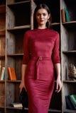 Κόκκινο μεμβρανοειδές εξάρτημα φορεμάτων ένδυσης γυναικών ύφους μόδας όμορφο Στοκ φωτογραφία με δικαίωμα ελεύθερης χρήσης