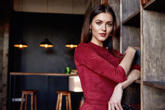 Κόκκινο μεμβρανοειδές εξάρτημα φορεμάτων ένδυσης γυναικών ύφους μόδας όμορφο Στοκ εικόνα με δικαίωμα ελεύθερης χρήσης