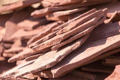 Κόκκινο μετάλλευμα βουνών πετρών στη φύση ως υπόβαθρο Στοκ εικόνα με δικαίωμα ελεύθερης χρήσης