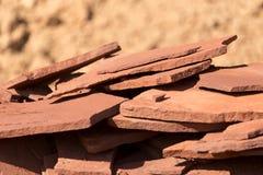 Κόκκινο μετάλλευμα βουνών πετρών στη φύση ως υπόβαθρο Στοκ φωτογραφία με δικαίωμα ελεύθερης χρήσης