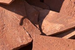 Κόκκινο μετάλλευμα βουνών πετρών στη φύση ως υπόβαθρο Στοκ Εικόνα