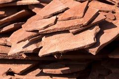 Κόκκινο μετάλλευμα βουνών πετρών στη φύση ως υπόβαθρο Στοκ Φωτογραφία