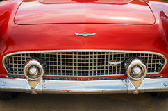 Κόκκινο μετατρέψιμο κλασικό αυτοκίνητο της Ford Thunderbird του 1956 Στοκ φωτογραφίες με δικαίωμα ελεύθερης χρήσης