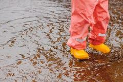 Κόκκινο μικρό παιδί κοριτσιών θερινών κίτρινο μποτών ομπρελών στοκ εικόνα με δικαίωμα ελεύθερης χρήσης