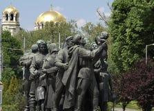 Κόκκινο μνημείο στρατού με τον καθεδρικό ναό Αγίου Alexandar Nevski Στοκ φωτογραφίες με δικαίωμα ελεύθερης χρήσης