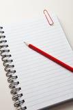 κόκκινο μολυβιών σημειωματάριων Στοκ Φωτογραφία
