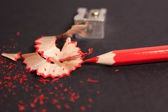 Κόκκινο μολύβι με τα ξέσματα μολυβιών και ξύστρα για μολύβια επάνω στενή Στοκ φωτογραφίες με δικαίωμα ελεύθερης χρήσης