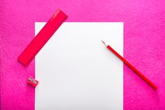 Κόκκινο μολύβι με το φύλλο ξυστρών για μολύβια, κυβερνητών και της Λευκής Βίβλου στο κόκκινο υπόβαθρο Επίπεδο σχέδιο Εργαλείο γρα Στοκ φωτογραφία με δικαίωμα ελεύθερης χρήσης