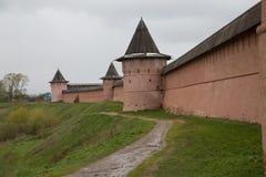 Κόκκινο μοναστήρι τοίχων της Ρωσίας Σούζνταλ τόπου προορισμού τουριστών στοκ φωτογραφίες