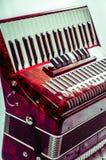 Κόκκινο μουσικό ακκορντέον οργάνων μερών, άσπρο υπόβαθρο Στοκ Φωτογραφία