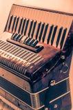 Κόκκινο μουσικό ακκορντέον οργάνων μερών, άσπρο υπόβαθρο Στοκ Εικόνα