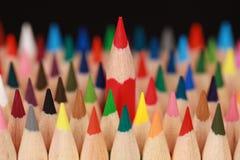 Κόκκινο μολύβι έννοιας που ξεχωρίζει από το πλήθος Στοκ Εικόνα