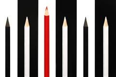 Κόκκινο μολύβι που ξεχωρίζει από το πλήθος των γραπτών συνεργατών στο υπόβαθρο λωρίδων bw έννοια επιχειρησιακής επιτυχίας της ηγε Στοκ Φωτογραφία
