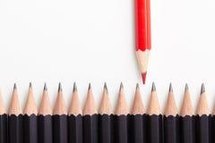 Κόκκινο μολύβι που ξεχωρίζει από το πλήθος Στοκ Εικόνα