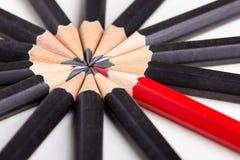Κόκκινο μολύβι που ξεχωρίζει από το πλήθος Στοκ φωτογραφία με δικαίωμα ελεύθερης χρήσης