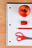 Κόκκινο μολύβι Apple ψαλιδιού και Sharpener Στοκ φωτογραφία με δικαίωμα ελεύθερης χρήσης