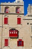 Κόκκινο μπαλκόνι & κόκκινα παράθυρα Στοκ Εικόνες
