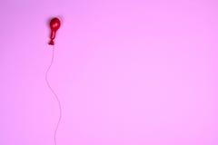 Κόκκινο μπαλόνι αέρα σε μια κόκκινη σειρά Στοκ εικόνες με δικαίωμα ελεύθερης χρήσης