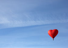 Κόκκινο μπαλόνι με μορφή της κόκκινης καρδιάς Στοκ φωτογραφία με δικαίωμα ελεύθερης χρήσης