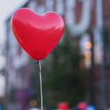 Κόκκινο μπαλόνι οδηγήσεων στην καρδιά forme και την πρόσθετη σκιαγραφία της καρδιάς στον ουρανό τη νύχτα Ρομαντική έννοια αγάπης  Στοκ Φωτογραφία