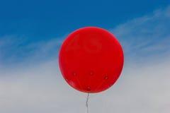 Κόκκινο μπαλόνι στον ουρανό Στοκ Φωτογραφία