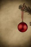 Κόκκινο μπιχλιμπίδι Χριστουγέννων - εκλεκτής ποιότητας ύφος Στοκ φωτογραφίες με δικαίωμα ελεύθερης χρήσης