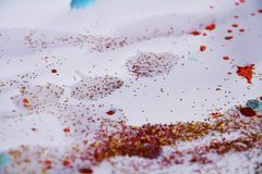 Κόκκινο μπλε χρυσό ζωηρόχρωμο υπόβαθρο Χριστουγέννων και αργυροειδή φω'τα σπινθηρίσματος Στοκ εικόνα με δικαίωμα ελεύθερης χρήσης