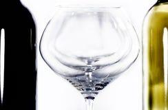 Κόκκινο μπουκαλιών και με το κρασί και το γυαλί ΙΙ στοκ φωτογραφία με δικαίωμα ελεύθερης χρήσης