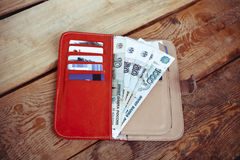Κόκκινο να κολλήσει πορτοφολιών από τα τραπεζογραμμάτιά του (ρωσικό ρούβλι) Στοκ εικόνες με δικαίωμα ελεύθερης χρήσης
