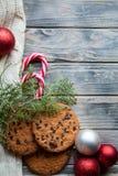 Κόκκινο ντεκόρ σφαιρών μπισκότων πρόχειρων φαγητών τροφίμων Χριστουγέννων στοκ φωτογραφίες με δικαίωμα ελεύθερης χρήσης