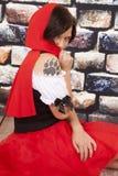 Κόκκινο νύχι δερματοστιξιών ακρωτηρίων γυναικών πίσω από το ακρωτήριο Στοκ φωτογραφία με δικαίωμα ελεύθερης χρήσης