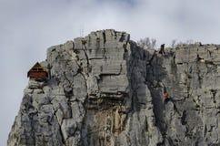 Κόκκινο ξύλινο σπίτι ορειβατών στους βράχους Lakatnik και τον αλπικό ορειβάτη, defile ποταμών Iskar, επαρχία της Sofia Στοκ φωτογραφία με δικαίωμα ελεύθερης χρήσης