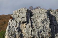Κόκκινο ξύλινο σπίτι ορειβατών στους βράχους Lakatnik, defile ποταμών Iskar, επαρχία της Sofia Στοκ Εικόνα