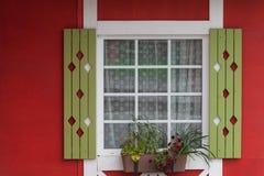 Κόκκινο ξύλινο σπίτι το καλοκαίρι στην πόλη ή το χωριό Στοκ φωτογραφία με δικαίωμα ελεύθερης χρήσης