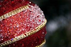 Κόκκινο ονειροπόλο υπόβαθρο διακοπών Χριστουγέννων με τις διακοσμήσεις Στοκ εικόνες με δικαίωμα ελεύθερης χρήσης