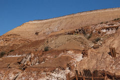 κόκκινο ορυχείο σπηλιών υπαίθριο με το σαφή μπλε ουρανό Στοκ Φωτογραφία