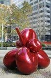Κόκκινο λουλούδι μπαλονιών από το Jeff Koons σε 7 World Trade Center στο Μανχάταν Στοκ φωτογραφία με δικαίωμα ελεύθερης χρήσης