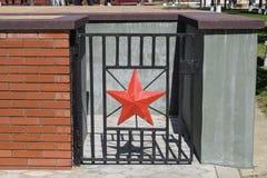 Κόκκινο πέντε-δειγμένο αστέρι που εξωραΐζει την πύλη χάλυβα Η πόρτα χάλυβα σε ένα υπόγειο δωμάτιο κάτω από το μνημείο Στοκ Εικόνες