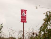Κόκκινο πέρασμα πεζών εικονιδίων προειδοποιητικών σημαδιών μετα προσεκτικό Στοκ Εικόνες