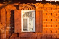 Κόκκινο πέτρινο και ξύλινο ρωσικό πλαίσιο παραθύρων Στοκ εικόνες με δικαίωμα ελεύθερης χρήσης