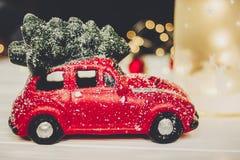 Κόκκινο παιχνίδι αυτοκινήτων με το χριστουγεννιάτικο δέντρο στις τοπ και απλές διακοσμήσεις στο W Στοκ εικόνες με δικαίωμα ελεύθερης χρήσης