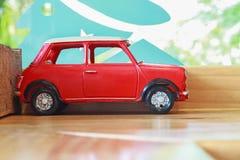 κόκκινο παιχνίδι αυτοκινήτων στον ξύλινο πίνακα Στοκ Εικόνα