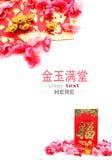 Κόκκινο πακέτο, παπούτσι-διαμορφωμένα χρυσά πλίνθωμα και λουλούδια δαμάσκηνων Στοκ εικόνα με δικαίωμα ελεύθερης χρήσης