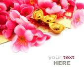 Κόκκινο πακέτο, παπούτσι-διαμορφωμένα χρυσά πλίνθωμα και λουλούδια δαμάσκηνων Στοκ φωτογραφίες με δικαίωμα ελεύθερης χρήσης