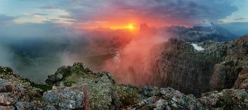 Κόκκινο πανόραμα τοπίων βουνών, Dolomiti Στοκ Φωτογραφίες