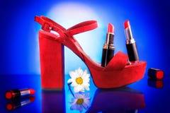 Κόκκινο παπούτσι με το λουλούδι και το κραγιόν Στοκ Εικόνα