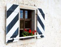 κόκκινο παράθυρο λουλ&omicr στοκ εικόνες