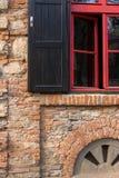 Κόκκινο παράθυρο πλαισίων σε έναν τουβλότοιχο Στοκ Φωτογραφία